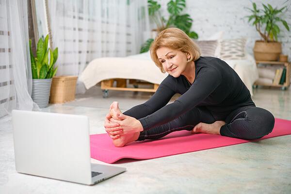 Frau macht Yoga im Yoga Online Kurs